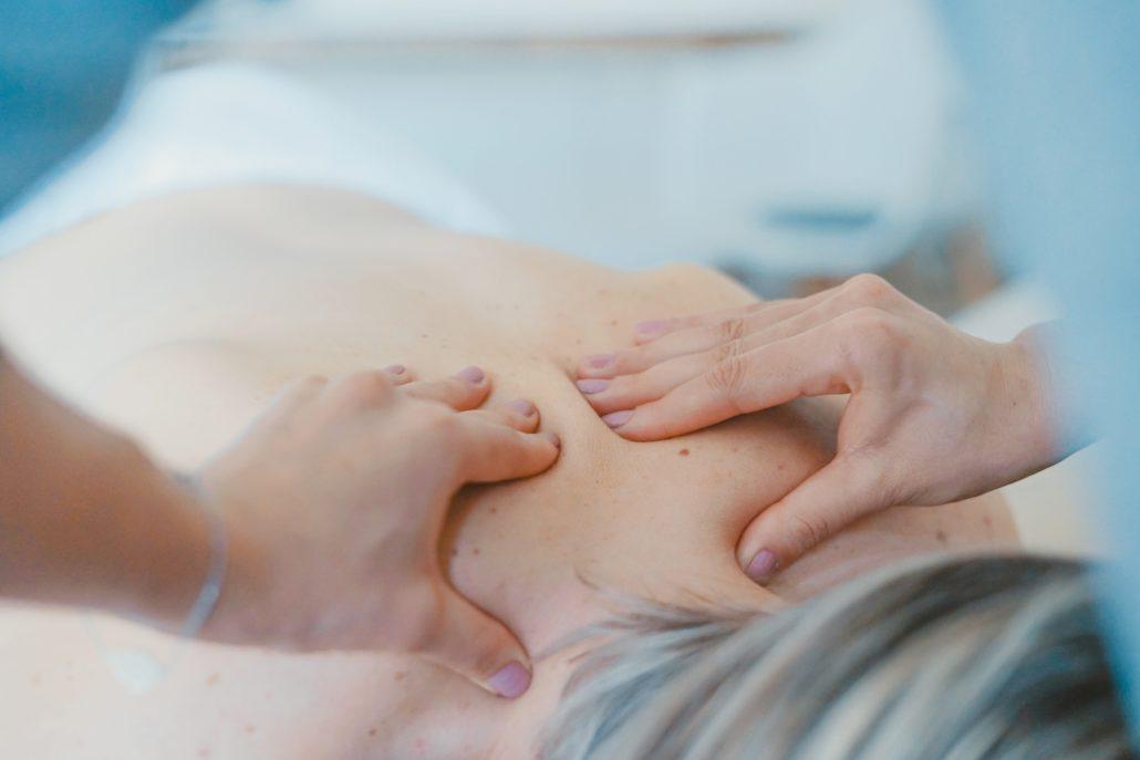 Лимфодренажный массаж: польза, противопоказания