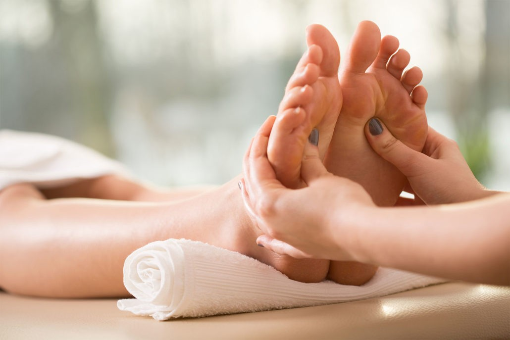 Чем полезен массаж стоп