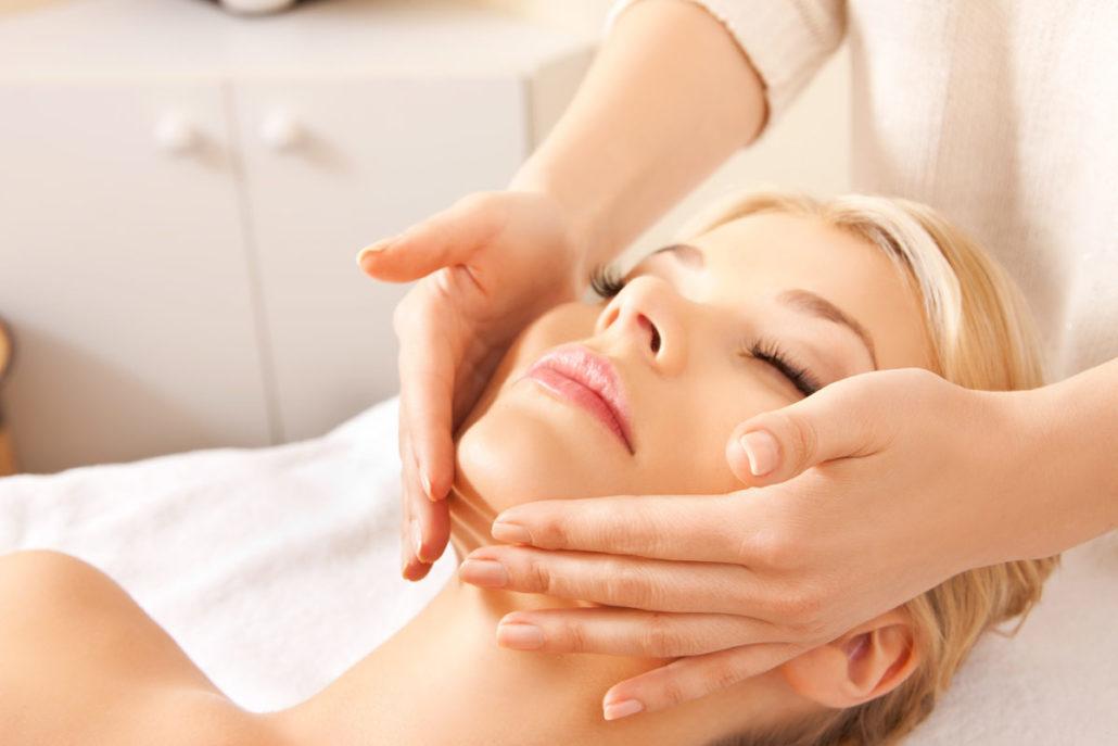 Выбираем услугу массаж лица на дому. Как выбрать, кому нужно делать и как часто?