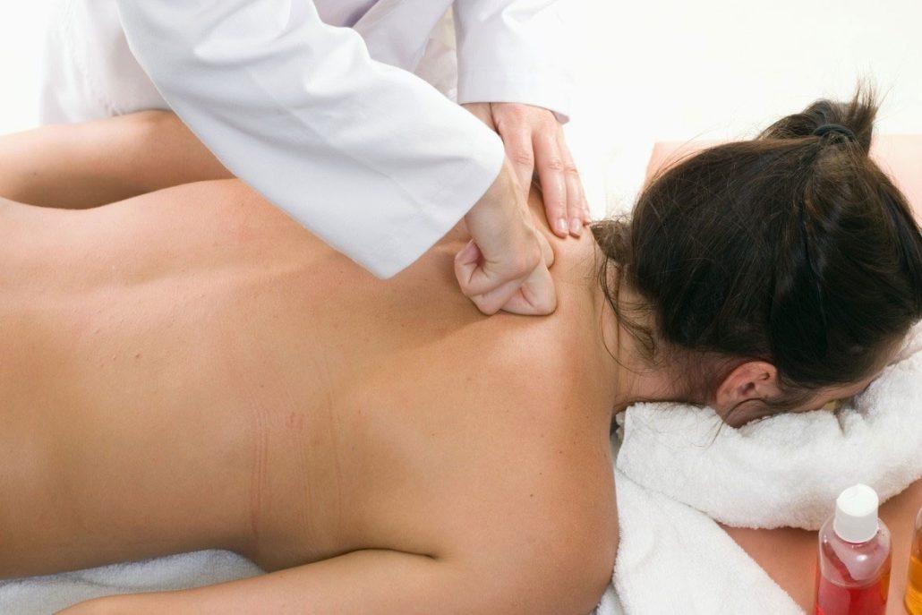 Как проходит массаж спины на дому, в чем преимущества?