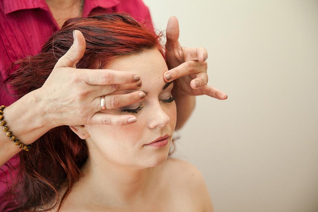 От чего спасает массаж головы и как регулярно его делать?