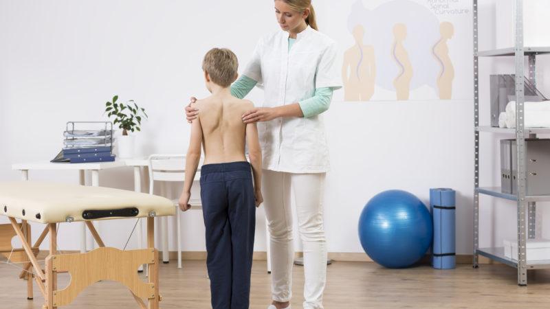 Как массажем можно исправить проблемы со спиной у ребенка?